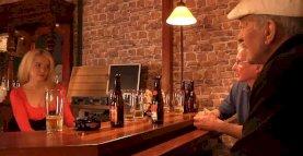 Deux touristes âgés baisent une blonde américaine dans un bar
