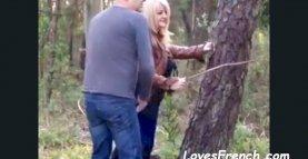Baiser cette blonde dans le parc le jour