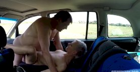 Older Hooker fucked in a car without rubber